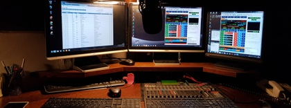 Pr�v� moderuje on AIR N�m� DJ - studio r�dia COLOR