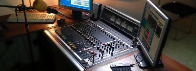 Právě moderuje on AIR Němý DJ - studio rádia COLOR